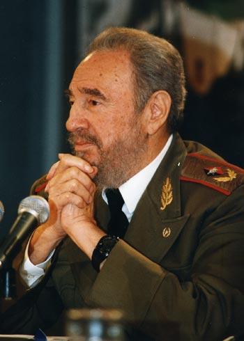 Fidel_con_las_manos_enlaz